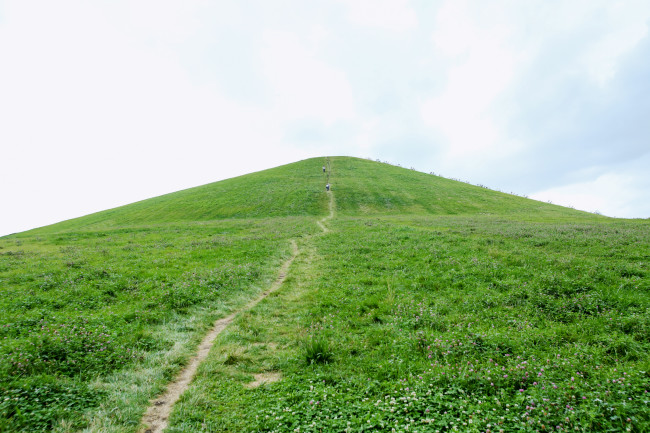 山の稜線に何か置いてあるようだ。頂上まで、続いているようである。登らないといけないのか。これは「かけあし」はキツイ! 無理だ! しかしわたしは彼の作品を楽しみにしてきたのであり、見逃すことも無理だ