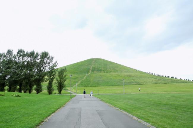 モエレ山。この山のどこかに伊藤隆介の作品があるはずだが……