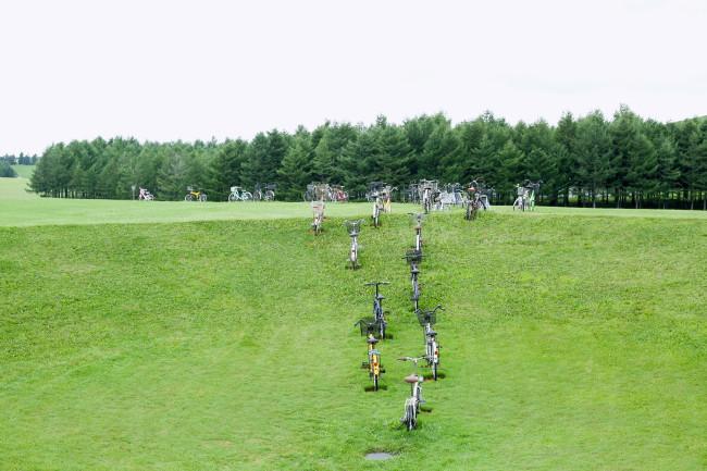 自転車は、公園内のクレーターのような穴から「出発」していた。意味はないが、それでいい。ガラスのピラミッドを望む
