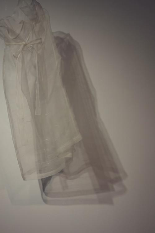 すべて総手縫いのしけ絹を使ったドレス。濃紺のアンダードレスもついている。