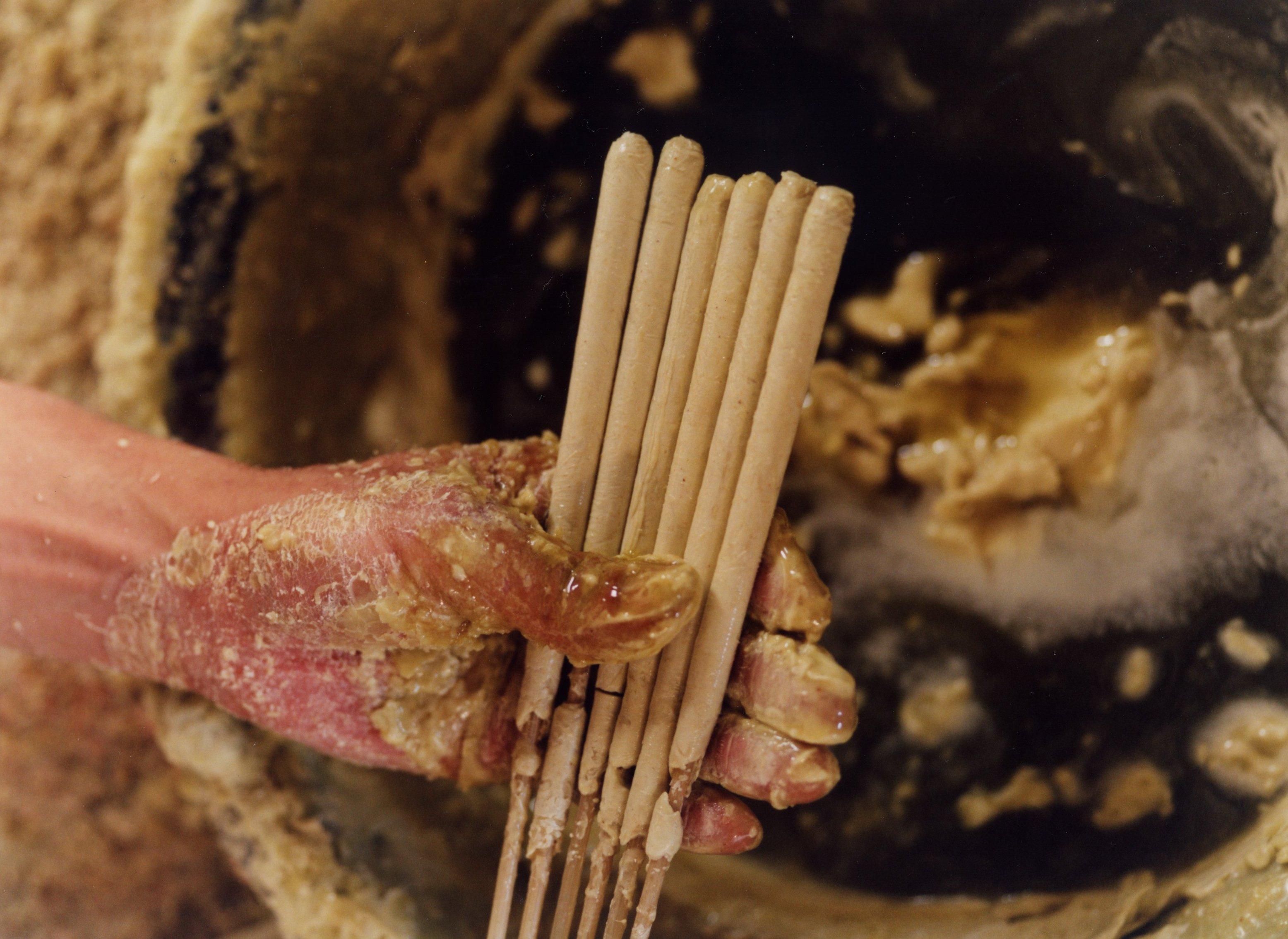 400年ほど、変わらない製法と素材で、もっとも美しく燃える形にデザインされた ろうそくを手で仕上げていく。