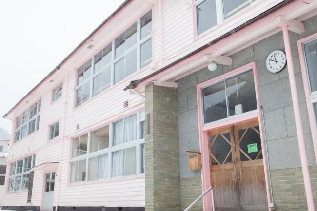廃校のまま保存されていた影石小学校を利用した森の学校オフィス