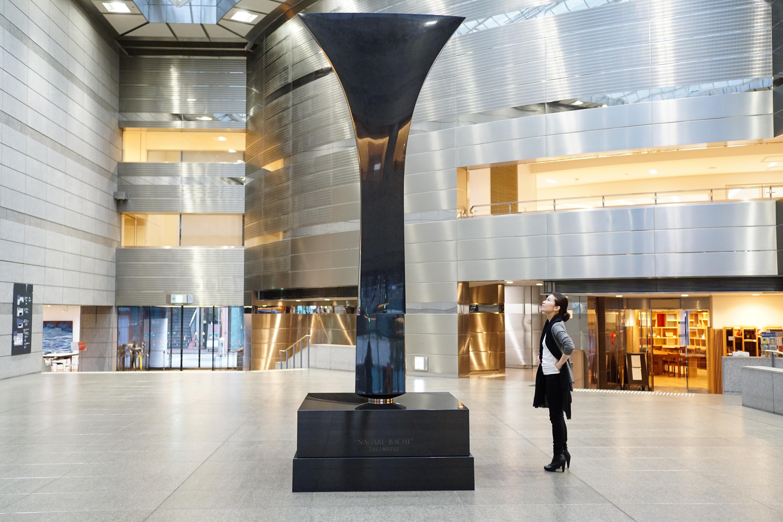 流政之作《ナガレバチ》。高松市立美術館 のエントランスホールに展示。