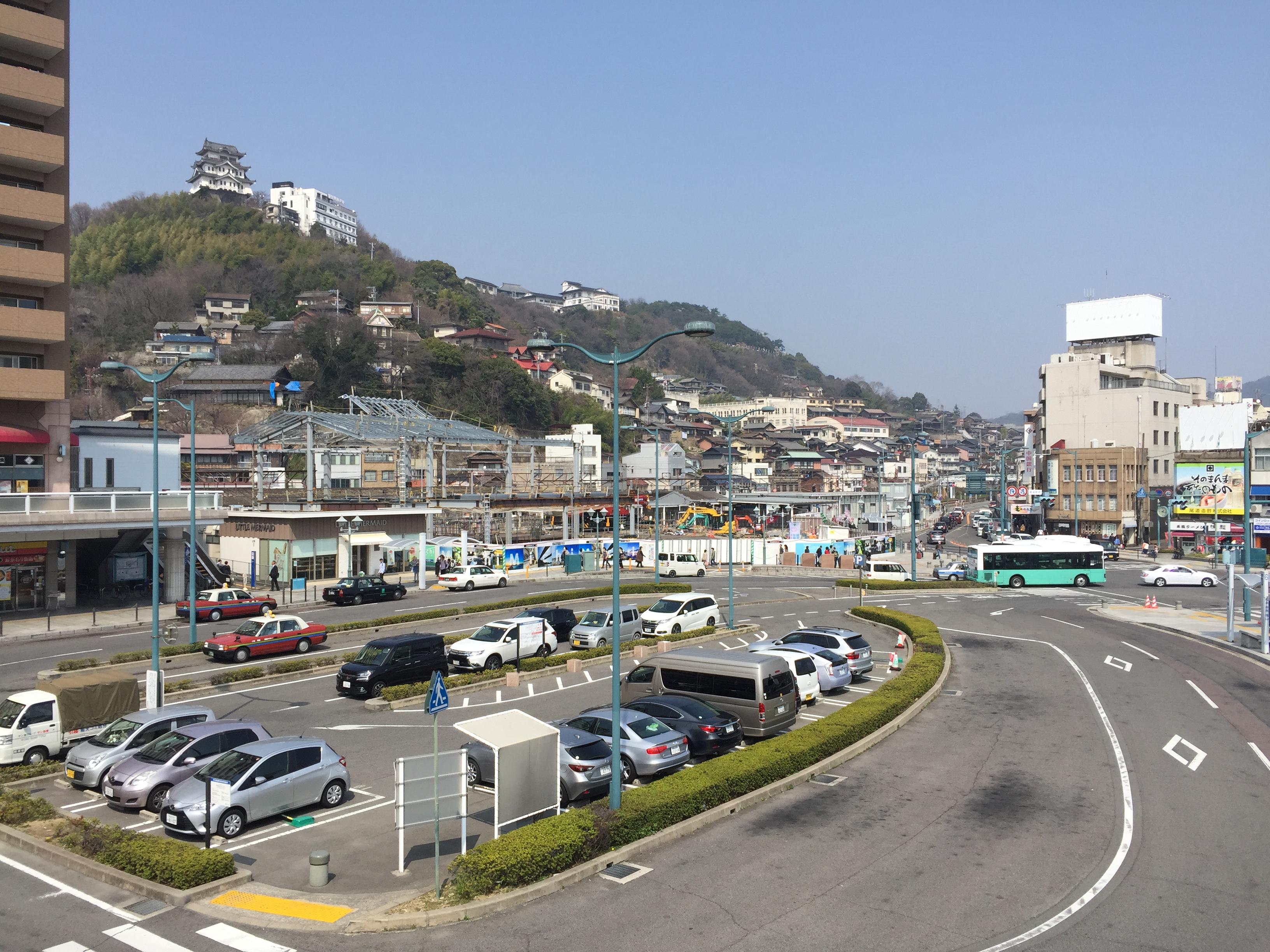 建設中のJR尾道駅と「尾道城」。