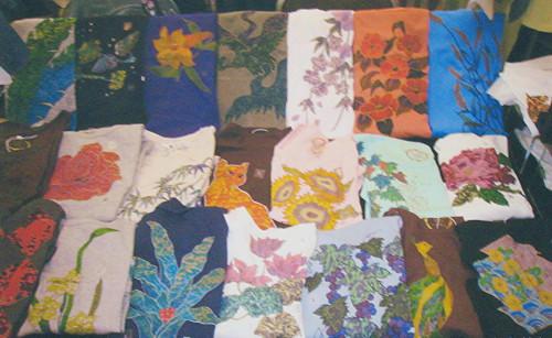 伝統技法で染色したTシャツ群。2013年10月吉祥寺東急インホテルで開催した展示会にて