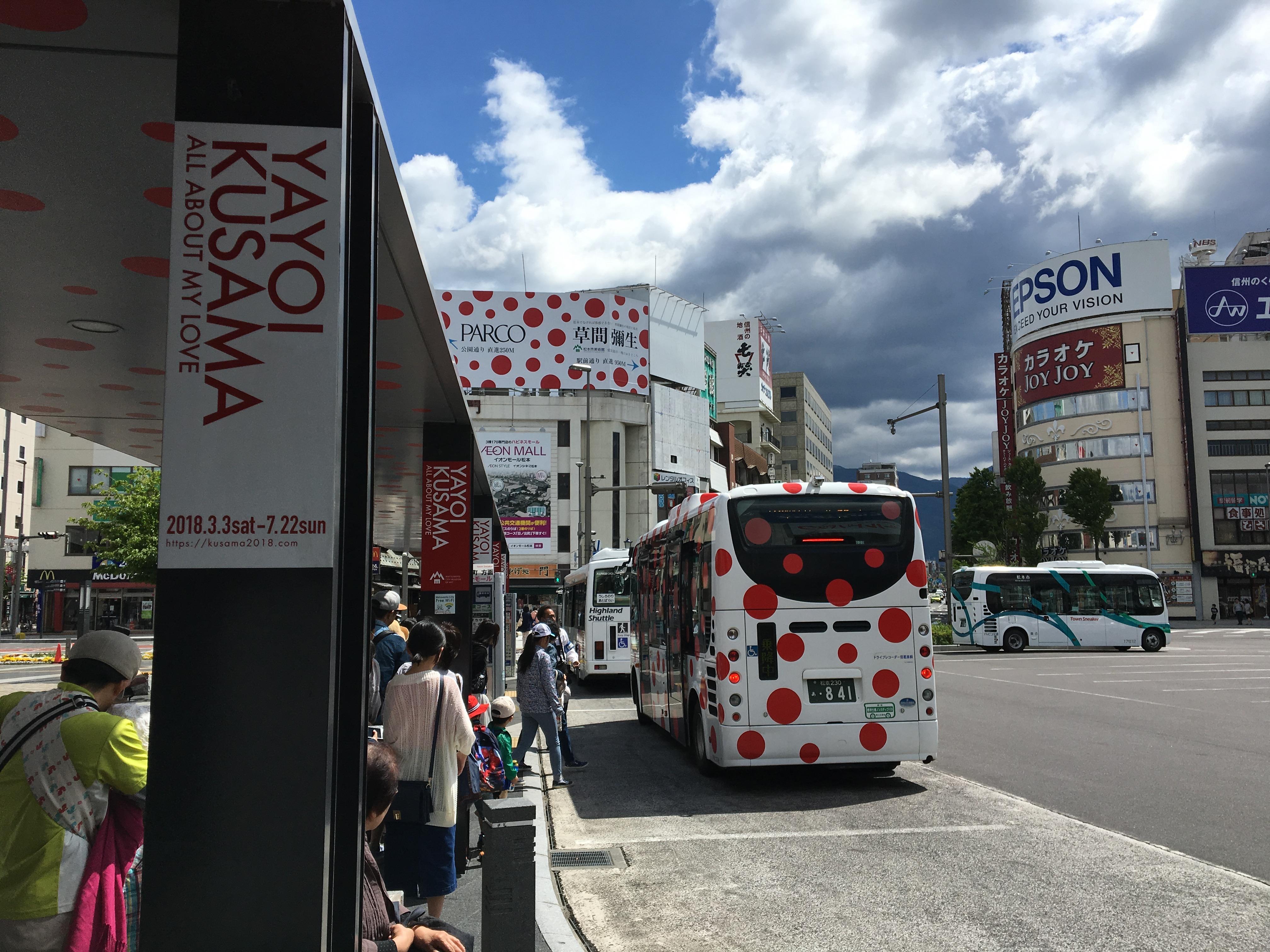 松本駅のお城ロを出たところ。バスも水玉