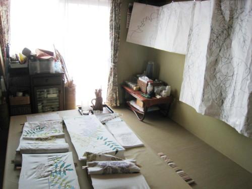 自宅の作業部屋で、蒸しや水洗い以外、デザインから仕上げ加工までをひとりで手掛ける