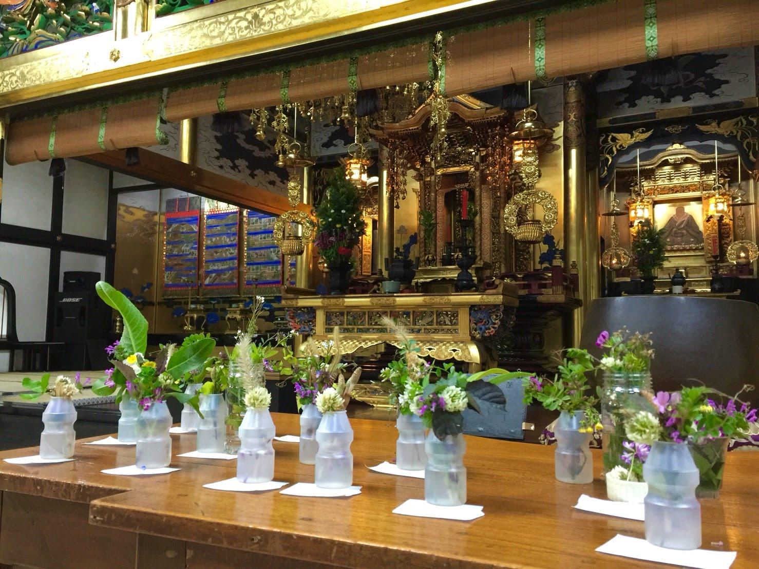 明信寺に来た学童保育の子どもたちは、那須さんたちと外で摘んだ花を生けて仏前に供えることも