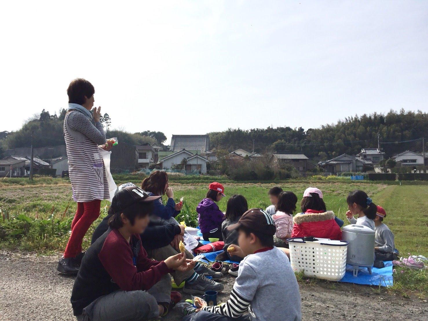 明信寺に来た学童保育の子どもたちは寺の中で遊んだり、外でピクニックをしたり、さまざまなことをして過ごす。そのようすを那須さんを中心とした大人が見守る