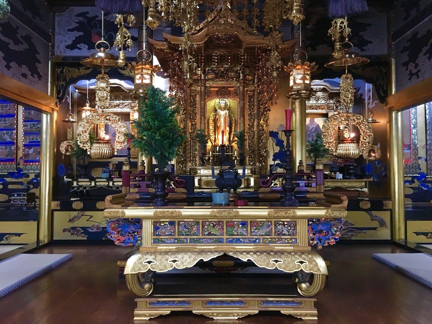 荘厳な雰囲気の明信寺の本堂