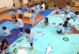 自然の中で遊び、表現活動を楽しむ子どもたち