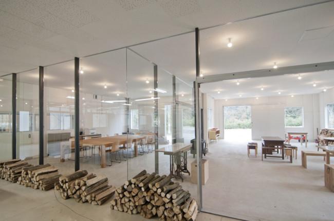 神山バレー・サテライトオフィス・コンプレックスの内観。リユースの不揃いの家具も味が出ている。ストーブのための薪の束も美しい