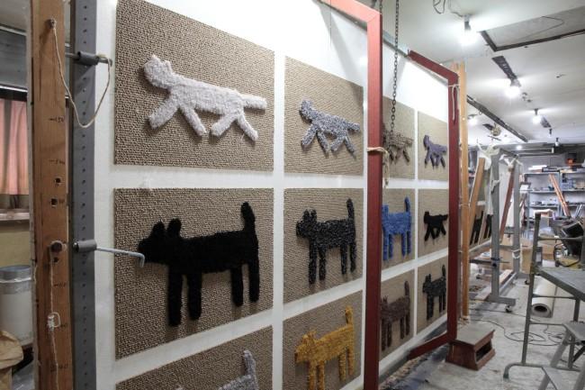 穂積繊維工業の工場。犬と猫のマットが次々に織り上がっていく