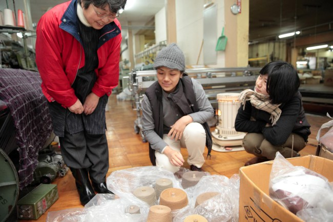 取材に同行してくれたエフスタイルの星野若菜さん(中央)と五十嵐恵美さん(右)。立川織物にて