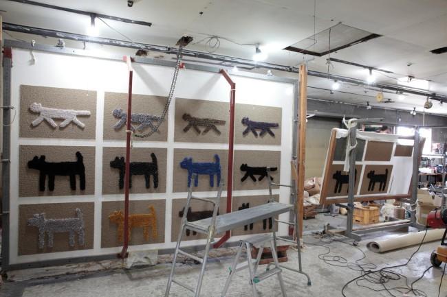 穂積繊維工業の工場にて。エフスタイルの次回の展示会のためのHOUSE doggy matとRondo cat matが織られていた