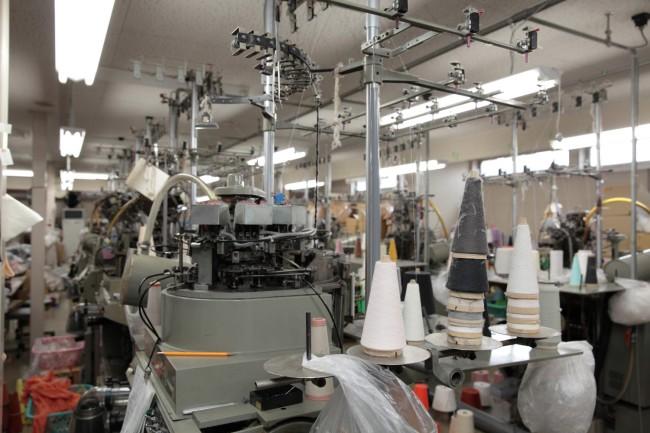 くつ下工房の工場にて。細い糸が靴下に編み上げられていく様を目の当たりにし、靴下1足にいかに多くの工程と労力がかかっているかを肌で感じた