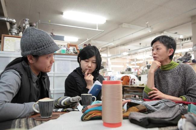 エフスタイルの2人(左)と、くつ下工房の上林希久子さん