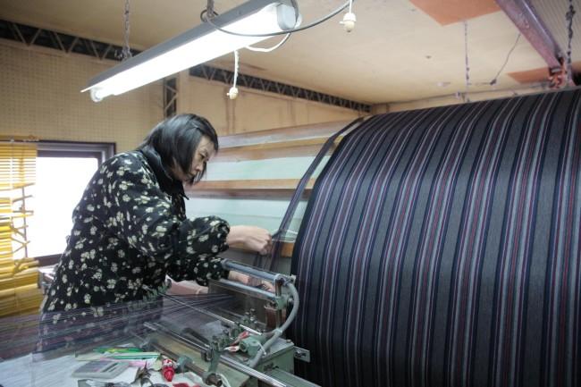 (上から)立川織物の工場にて。亀田縞がものすごい速さで正確に織られていく /