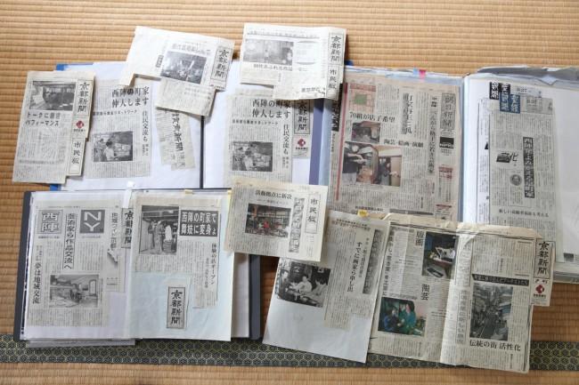 西陣の町家が紹介された新聞記事のスクラップ。佐野さんが保存しているだけでも、分厚いファイル3冊分はあった