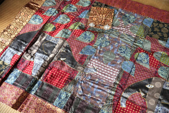 佐野さんの袈裟。かつて町家倶楽部の仲人で西陣に暮らし、今は世界的に活躍する衣装デザイナー、藤本ゆかり・綾子姉妹の作品。西陣織のネクタイと金襴が使われている