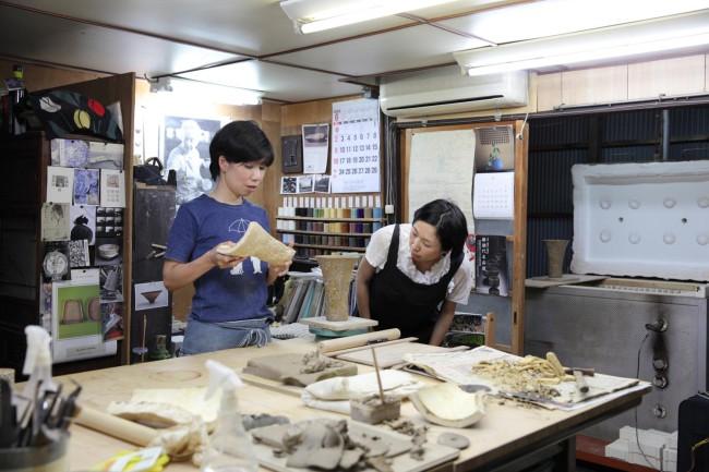 斜め向かいに住む陶芸家・生駒啓子さん宅にて。仕事に行き詰まると、作品を見てもらったりすることも。「群れるわけではないけれど、こうしたひとが身近にいることがありがたい」と石川さん