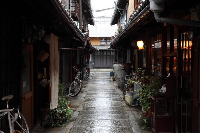 雨に濡れた石畳の路地。石川さんが大好きな風景