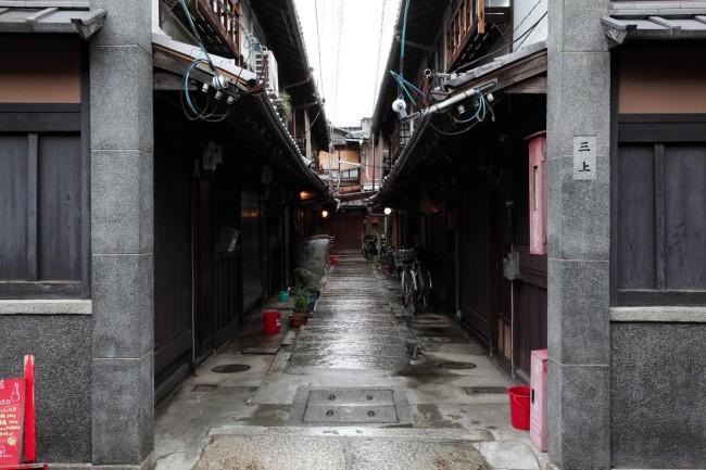 立派な石柱に守られた三上家の路地。西陣のなかでも特に昔の面影を濃く残す美しい一角