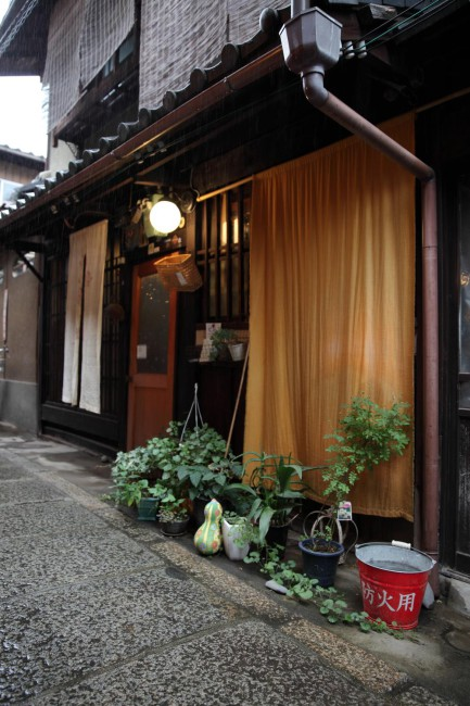 石川奈都子さんの、住まいの方の町家。郵便ポスト代わりのかごが可愛らしい