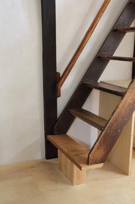 (上から)事務所1階。自然光がやわらかく差し込む /