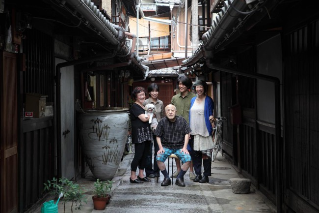右より、石川さん、ご主人の隆夫さん、生駒さん、大家さんである三上さんご夫婦