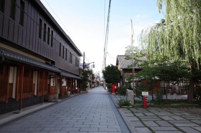 西陣の景観地区として整備されている大黒町。写真右手にあった「ちきりや工場跡」で、西陣の織物関係者と在住アーティストたちの交流会なども開かれた
