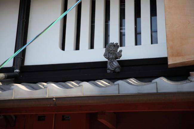 鍾馗さんは、ふだんはこんな風に町家の屋根の上でにらみをきかせている