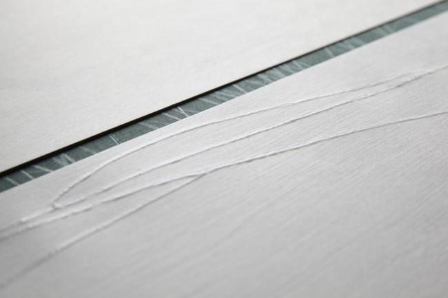 水で溶いた雲母をハケで「ふるい」に塗り、版木の模様部分のみに付くよう軽く押し付け、その上に具引き済みの紙をそっとのせていく。版木は「水」をテーマに彫られたもの。使う紙や版木、その日の気候によって微妙な調整が要求される