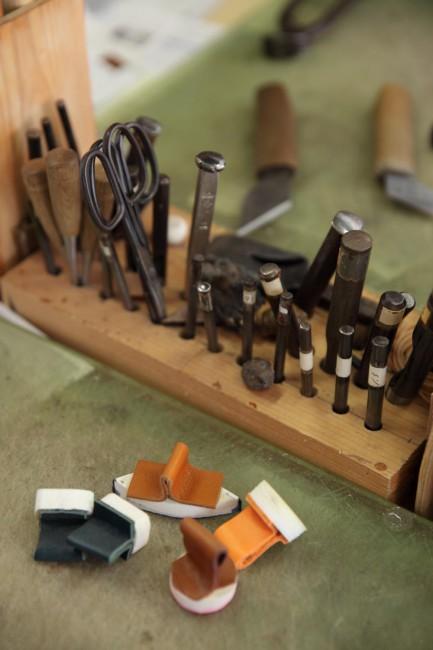 「吉靴房」の靴づくりの道具。道具の持ち手なども革の手製