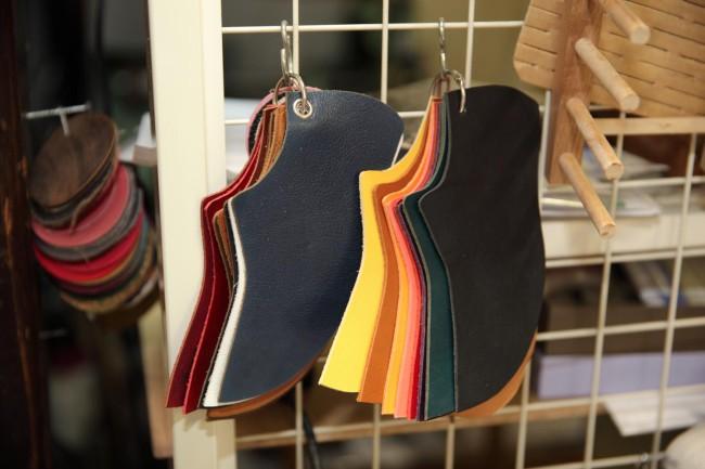 (上から)革サンプル。靴のアッパーの各部位は20色から好きな色を選んで自由に組み合わせられる