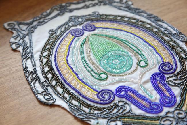 大島智美さんのビーズを使った作品。ミクロとマクロが同居したような、宇宙を感じさせる精緻なクリエイションだ