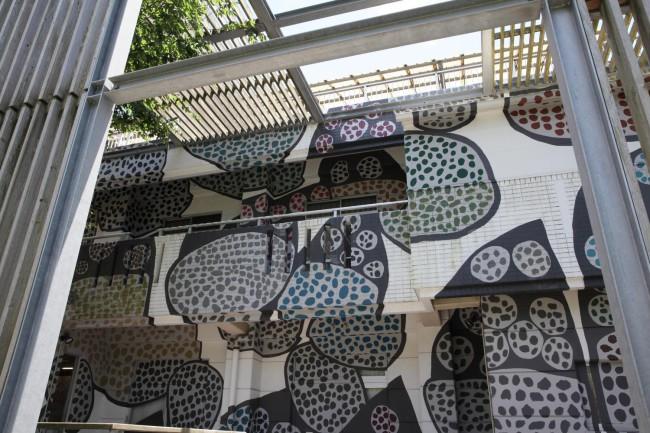 卓越したセンスで墨の点描をする翁長ノブ子さん。作品を投影、描写した「Omni House」はなんともおしゃれで格好いい