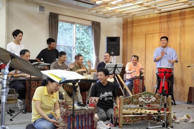 otto&orabu(オット&オラブ)の練習風景。ずれるリズム、叫びのコーラス、激しいダンスと、体感し、楽しむ音楽だ