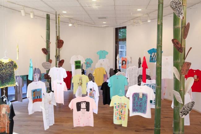 ギャラリーでの「Tシャツ展とうちわ展」の光景。Tシャツをつり下げて森のようにしたり、竹をあしらうなど、展示の仕方も楽しく、素敵だ