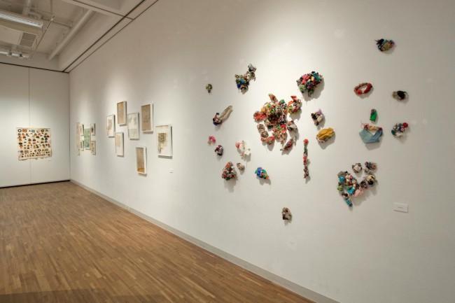 (3点ともに)「細胞の記憶 表現のかたち」展(2013年9月26日〜10月12日)。しょうぶ学園の布、紙、土の作品が一堂に会した