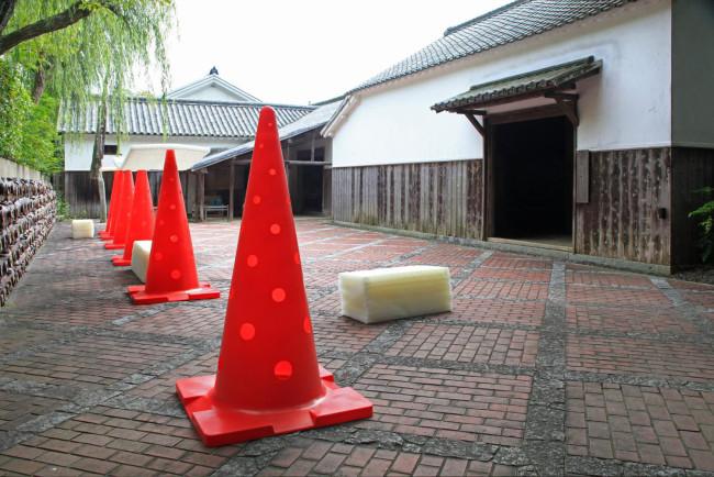 中村勇大「ピエロ」。カラーコーンを支柱に高反発繊維材が屋根やベンチの役割を担う(以上3点撮影:宮脇慎太郎)