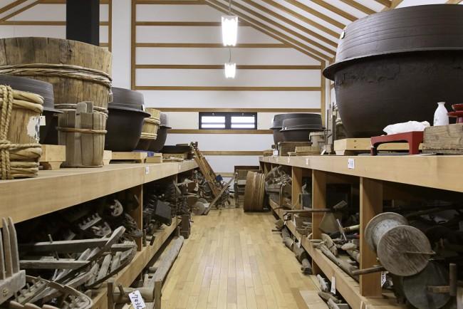 生活、とりわけ農耕に使われた道具たち。人々の工夫の跡が見てとれる