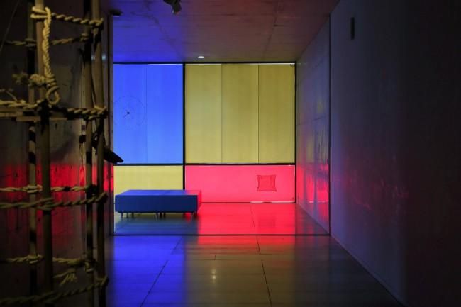 安藤忠雄設計のギャラリーに民具を展示。カッティングシートを貼った窓から射す光に民具が染まり、新たな風景が立ち上がる