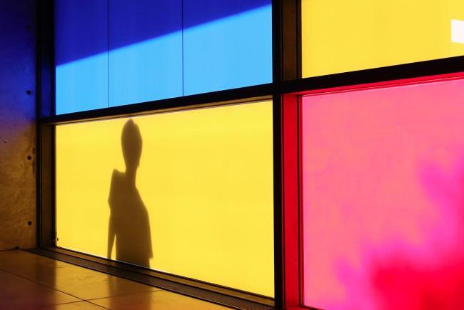 藤本由紀夫とモンドリアンカラーの窓