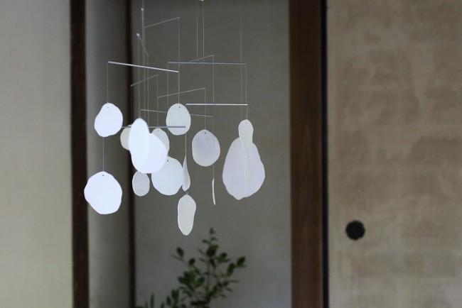 旧前田家土蔵の客間に、杉山知子の清々しい白が映える。時空を超えた邂逅が心地よく吹く風を感じさせる