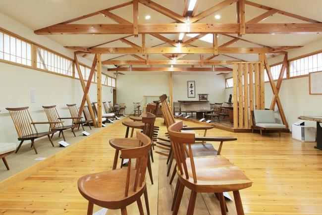 本社社屋の2階につくられた「ジョージ ナカシマ記念館」内部。椅子がずらりと並ぶようすは壮観だ