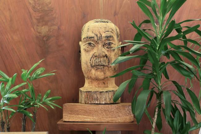 記念館エントランスのジョージ・ナカシマ木彫像