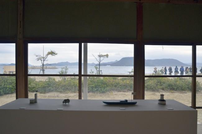 生活工芸の作家5人の展示も行われた。漆の赤木明登、陶芸の内田鋼一、ガラスの辻和美は披雲閣で、陶芸の安藤雅信、木工の三谷龍二は女木島で。写真は三谷龍二の展示の一部(© shiro imahase)