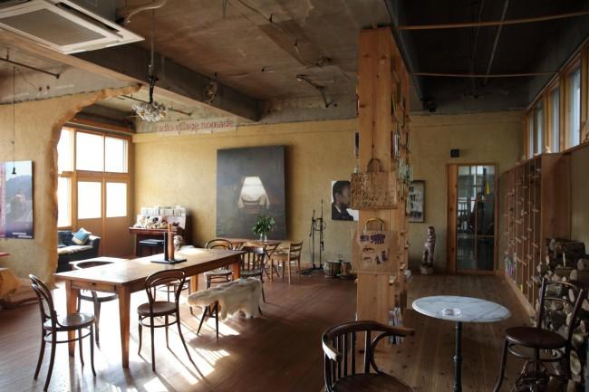 カフェスペース。スイスから運んできた家具や茂木さんの写真、ふたりの私物である本やインテリアなどが相まって、他にはないここだけの空間になっている
