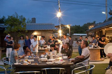 (上)茂木さん、平松さん、やまぐちさんのチームワークは絶妙だ(下)3人が中心になって実現した「ノープランパーティー」。ここから「はたらくカタチ研究島」が動き始めた(写真提供:美観味)